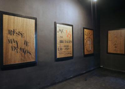 Gigantexte n°3 : Matière d'images – 1996. 6 feuilles encadrées, texte composé au pochoir «industriel» | art-cade*