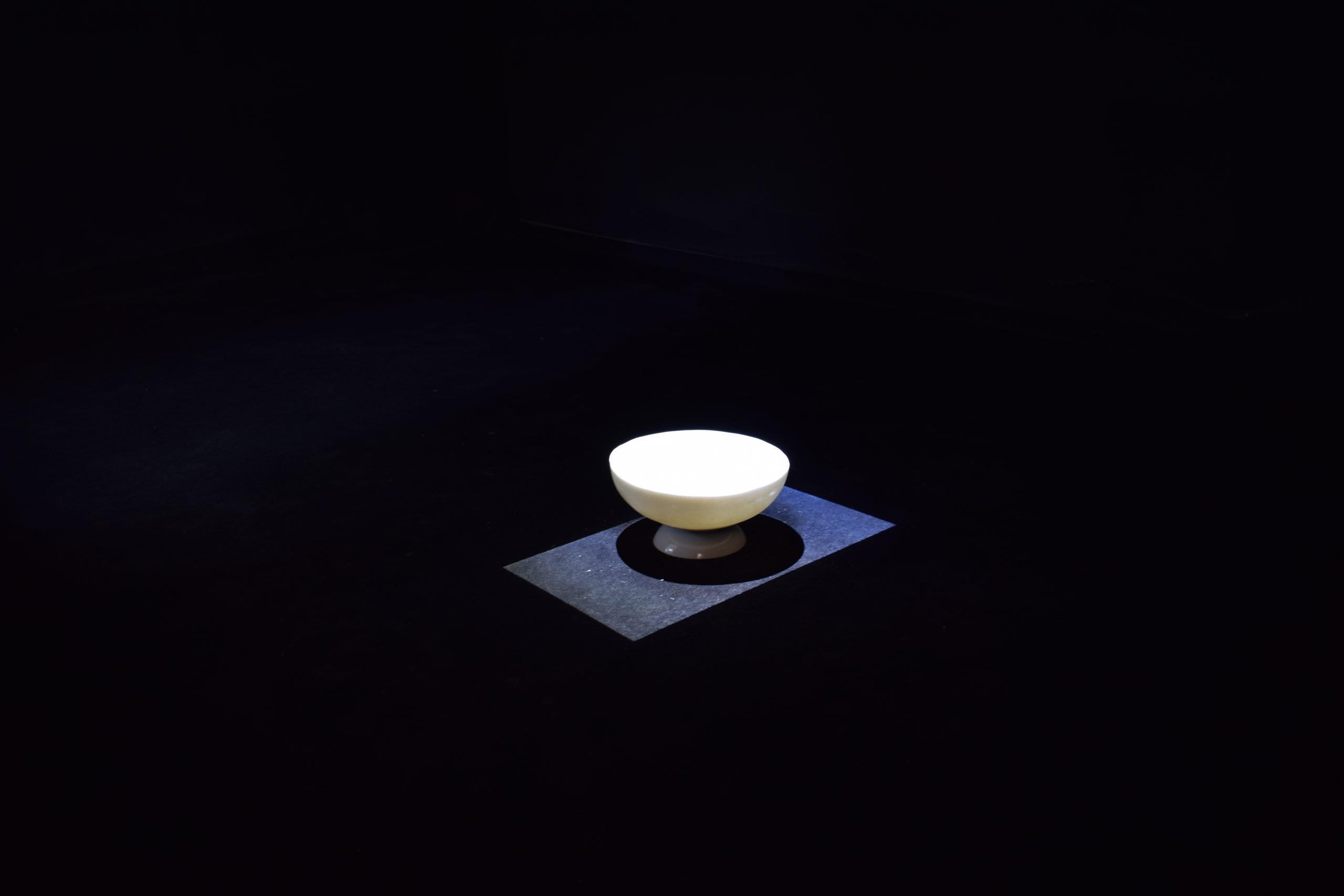 Flore Saunois, L'intervalle (présent continu), 2019, dimensions variables, vidéo, son (30', projetée en boucle), savon, Vidéo d'un filet d'eau.