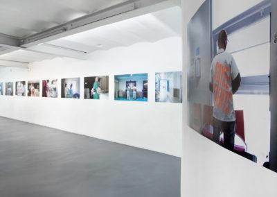 Vue de l'exposition, Série 2018, photographie dos bleu. Crédit photo : Philippe Munda