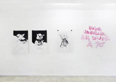 De gauche à droite : À méditer, 2018, encre de chine, diptyque; Femme, 2018, encre de chine; Drapé, 2018, acrylique sur mur).Crédit photo : Philippe Munda
