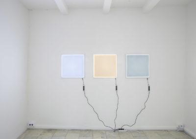 Vue de l'exposition, Brancard, 2018 Trois panneaux lumineux LED. Crédit photo : Philippe Munda