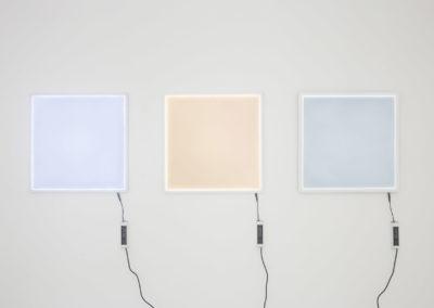 Brancard, 2018 Trois panneaux lumineux LED. Crédit photo : Philippe Munda