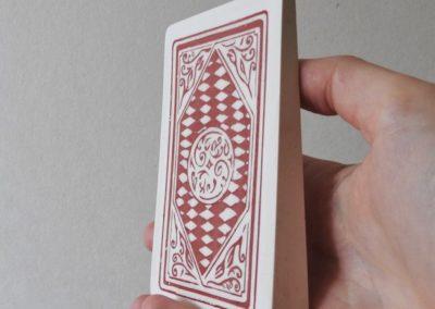 Flore Saunois, Carte à jouer, 2020, 11x6,5x2cm, scagliola (incrustations), plâtre, colle, pigments.| art-cade*