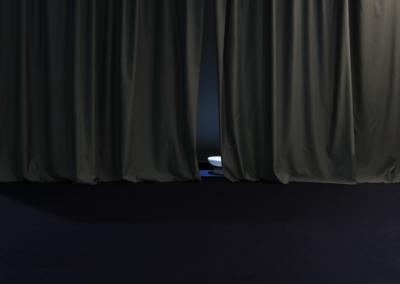 Flore Saunois,  L'intervalle (présent continu), 2019, dimensions variables, vidéo 1'30 projetée en boucle, son, savon. Vue d'exposition: La Nuit de l'Instant, Centre Photographie Marseille, France, 2019 Vidéo d'un filet d'eau se déversant dans un récipient, projetée en boucle sur une vasque en savon.| art-cade*