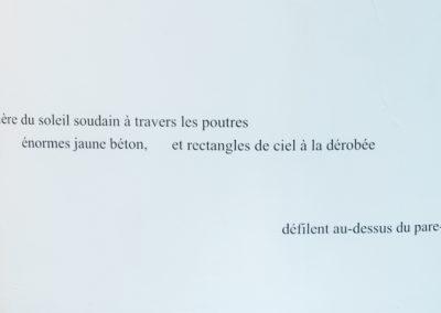 Flore Saunois, On/Off, 2020, lettrage vinyle, dimensions variables, texte extrait de la pièce sonore Combien de km/h. © Photo Aurélien Meimaris | art-cade*