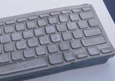 Kévin Cardesa, Ctrl+Alt+S, 2020, clavier d'ordinateur moulé en béton, boucle sonore © Photo Aurélien Meimaris | art-cade*