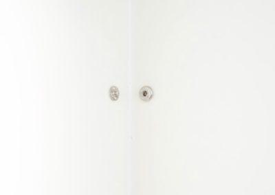Tzu-Chun Ku, Open space, 2017, bouton pression, angle d'un mur.