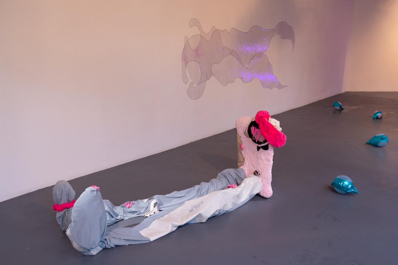 Sarah Netter, Scrunchies, 2020, tissus, foufounes, papiers toilettes, plastiques, bois, ballons, toiles cirées, papiers cadeaux © Photo Raphaël Arnaud | art-cade*
