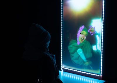 Arnaud Arini, Bedroom, 2021, bois, matelas, organza, miroir, programmation arduino, moteurs, lumières, webcam, filtres Instagram © Photo Raphaël Arnaud | art-cade*
