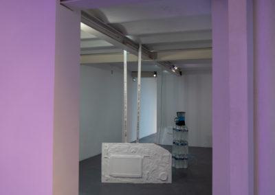 Léa Laforest, Vivre pour le meilleur, 2020, installation, porcelaine émaillée, plâtre, silicone, objets divers © Photo Raphaël Arnaud | art-cade*