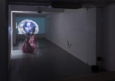 Sarah Netter, The Hole, installation avec Hayoung Kim, 2020, dessins, vidéo, poèmes, tissus, plastiques, vidéos, dimensions variables, Villa Arson © Marianne Mauclair | art-cade*